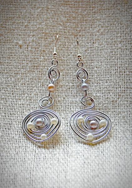 Pendientes de alambre de aluminio plateados con perlas artificiales.