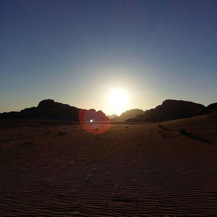 Na een prachtige zonsondergang mochten we de nacht doorbrengen onder de sterrenhemel in de woestijn! #wadirum #jordan #jordanie #nofilter