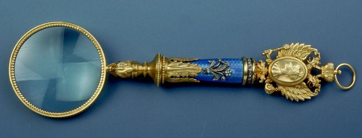 Lupa. Faberge. Diseño de Henrik Wigström. Plata sobredorada, esmalte, aljófares, diamantes y amatistas. 17,8 x 5 cm. 1908-1917