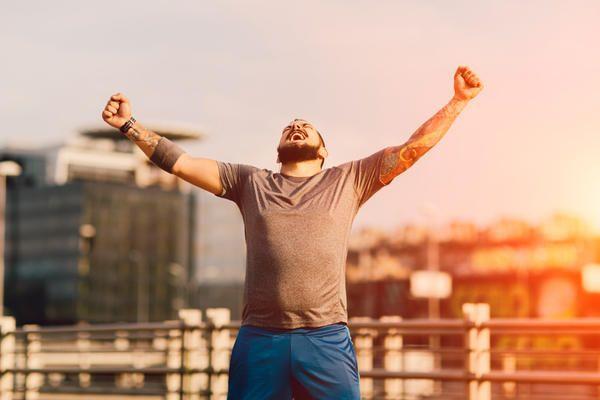 Att nå uppsatta mål inom löpningen kan visa dig att du är kapabel att åstadkomma stordåd även i andra delar av livet, oavsett om det handlar om ditt sociala liv, personliga mål eller karriärsmål. Här är sju exempel på hur löpningen hjälper dig att bli en snällare, starkare och bättre människa!