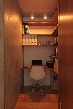半畳程度のスペースでも、専用の書斎って気分がアガる。部屋の一角にこんな空間がほしい。