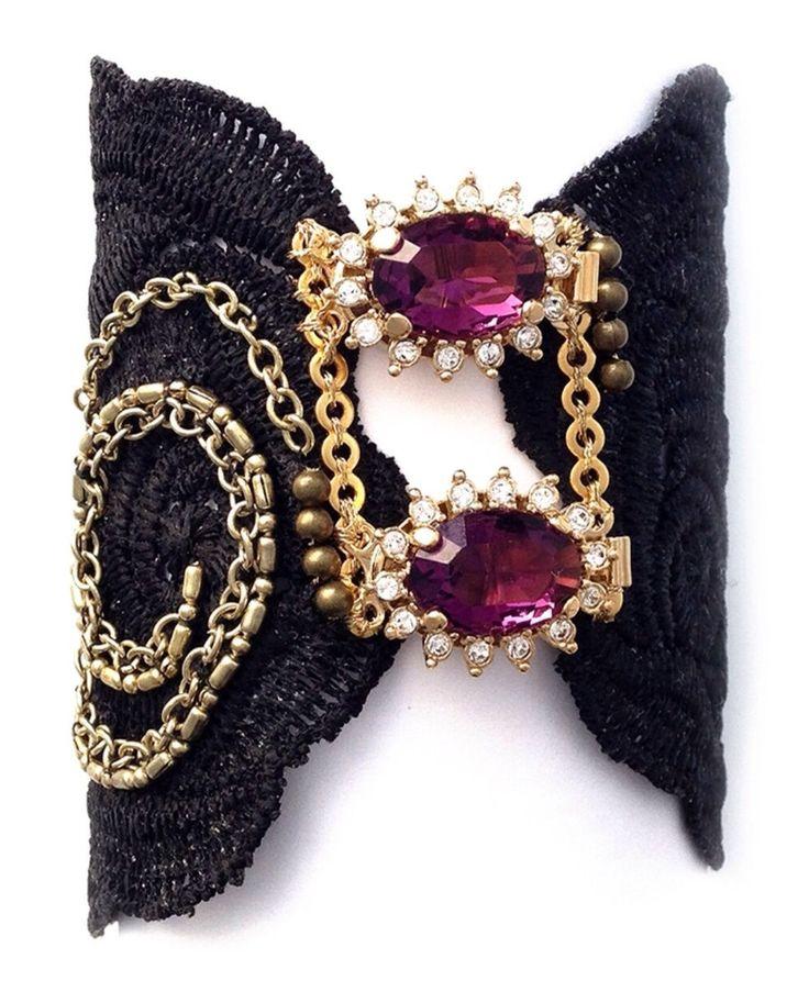 Brazalete teñido en negro con broches chapados en oro de 24k y cristales checos morados.