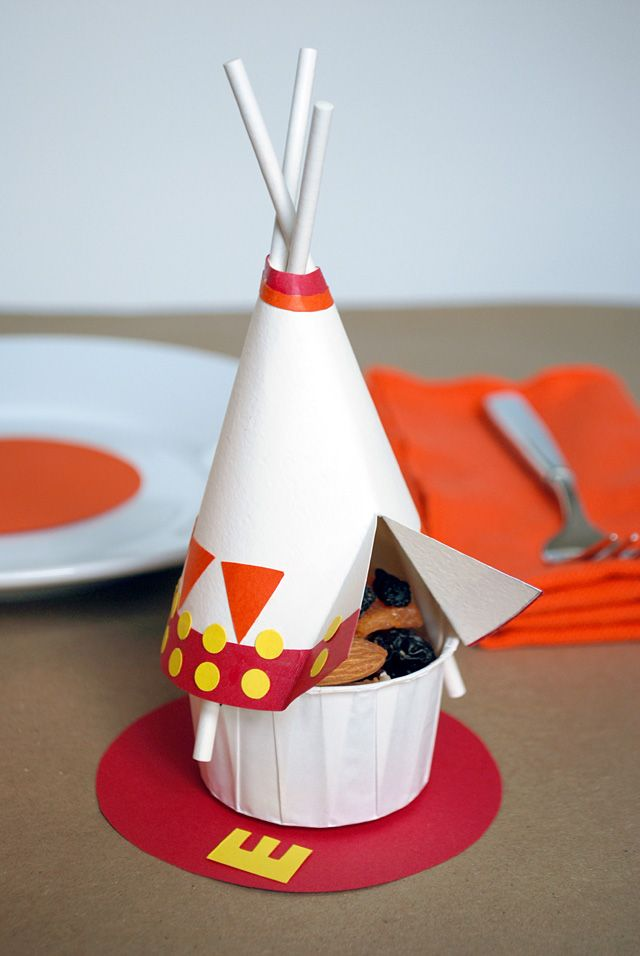 DIY Tepee snack cups filled with nuts and dried fruit for the kids #Thanksgiving table #turkeytablescapes