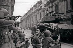 11 de septiembre de 1973: Las fuerzas armadas chilenas -con apoyo logístico de la CIA de Estados Unidos- derrocan al Presidente de Chile, Salvador Allende, elegido democráticamente en 1970.