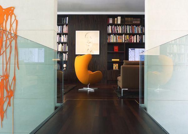 ÉRDEKES BÚTORDARABOK #8: A TOJÁSFOTEL | Nagy valószínűség szerint nincs ember, aki ne találkozott már volna legalább a mozivásznon a legendás tojásfotellel. Az Arne Jacobsen tervezte bútorklasszikus az 1950-es évek végén készült, és azóta is a jövő szimbóluma. Retró, modern és minimalista enteriőrökbe egyaránt illeszkedő darab, utánzataihoz már 200.000 Ft-ért hozzájuthatsz. #tojásfotel #arnejacobsen #legendásbútorok