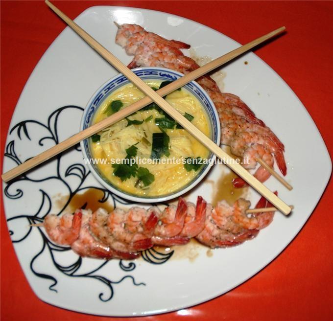 Vermicelli in minestra di latte di cocco e curry con spiedini di code di mazzancolle. Reisvermicelli in Curry-Kokosmilchsuppe mit Garnelenspieße.     Rice vermicelli in curry-coconut milk and shrimpspit.