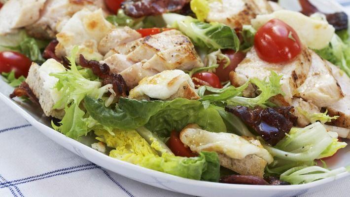 Kylling- og chèvresalat med bacon - Gjester - Oppskrifter - MatPrat