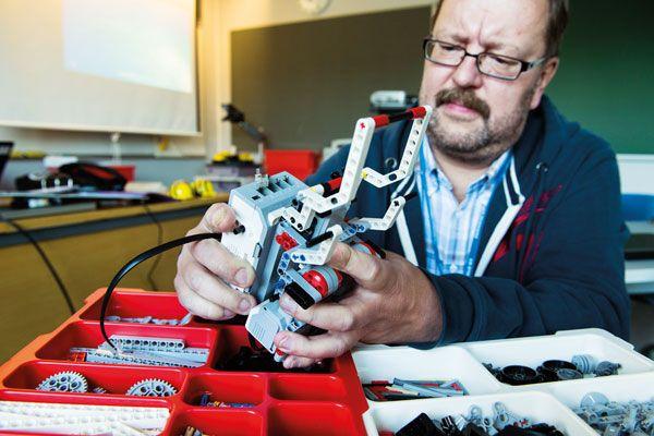 Roboteista syksyn hitti Opetusteknologia. Mäntysalon koulu Nurmijärvellä kasvattaa tulevaisuuden taitajia pitkäjänteisesti ja jakaa robotiikan osaamistaan auliisti ympäristöönkin. Älykkäiden laitteiden parissa puuhaa tänä syksynä iso joukko koulun oppilaita.