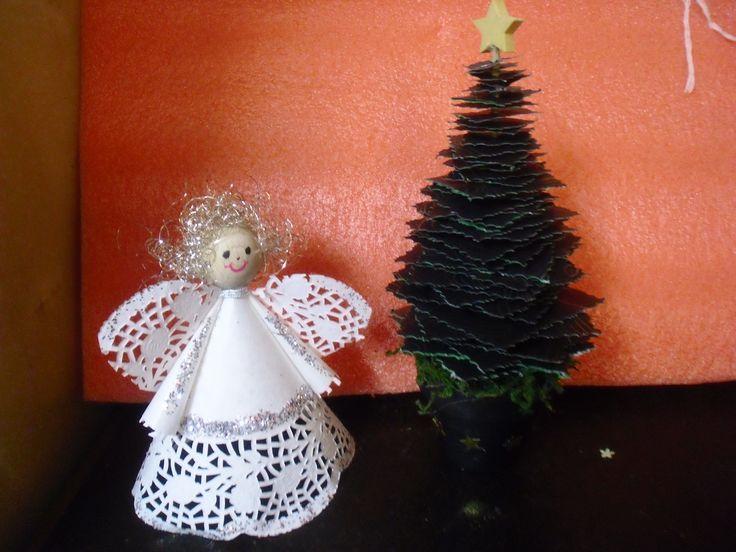engel aus tortenspitze und tannenbaum auf holzspie mit papiervierecke weihnachten winter. Black Bedroom Furniture Sets. Home Design Ideas