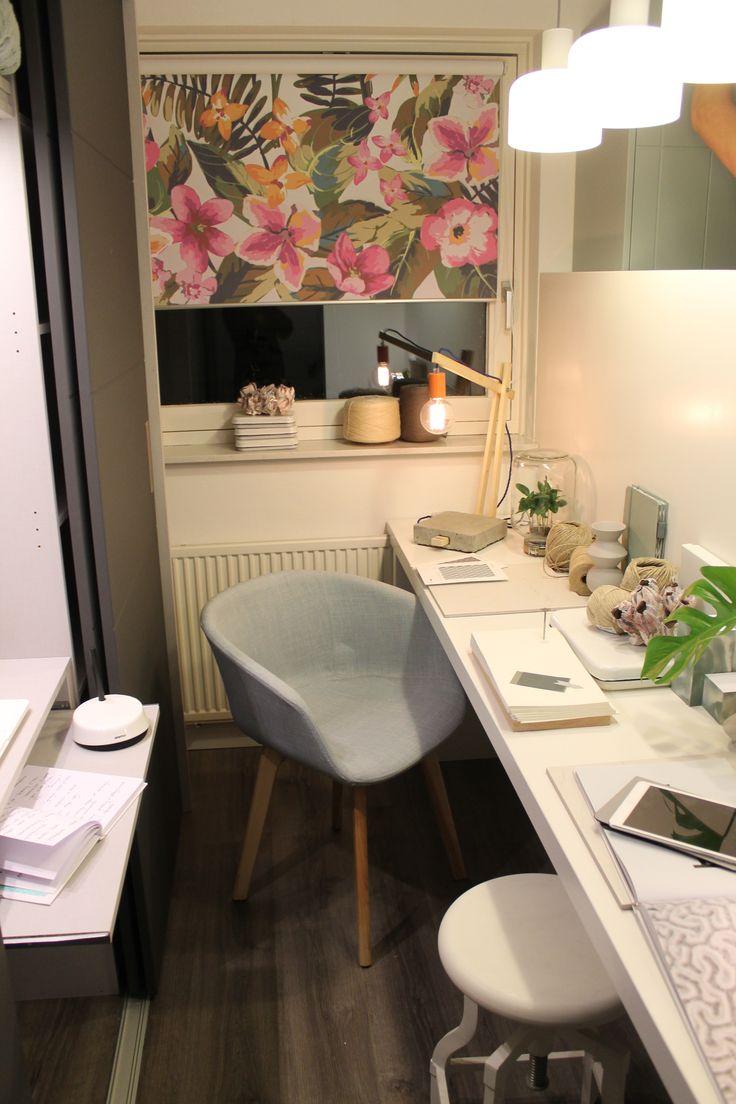 Eigen Huis en Tuin | Praxis. Een zelfgemaakt bureau met vinyl vloer en hip rolgordijntje.
