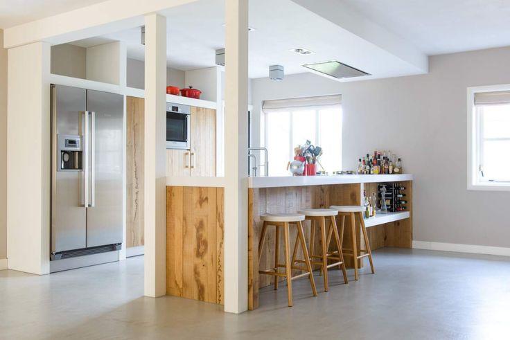 Houten keuken met schiereiland en ontbijtbar. Ruw hout en handgemaakt via JP Walker #keuken #kookeiland #houtenkeuken