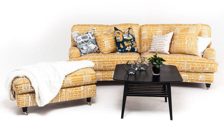 """Lejonet svängd 3-sits howardsoffa i Livstycket tyg """"Hallwylska Palatset"""" från organisationen Livstycket. Howard, soffa, fotpall, pall, mönster, mässing, mönstrad, gul, vardagsrum, möbler, inredning. http://sweef.se/sweef-lyx/177-lejonet-livstycket-edition.html"""