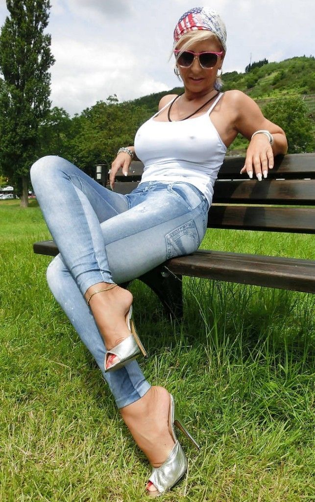 Babe milf actress upskirt