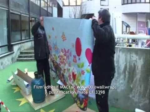 """MACtac Soignies décoration extérieure:  L'équipe de """"Déco"""" a fait appel à MACtac pour embellir deux grands murs en béton situés à l'extérieur (dans l'espace de jeux). Seul l'adhésif WW 100 (Wallwrap 100) pouvait répondre aux exigences de la production afin de réaliser une fresque sur un mur en béton.  La pose fut un véritable challenge : en raison des conditions atmosphériques."""