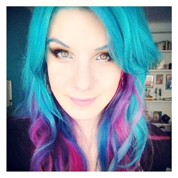 Cabelo que eu mais amo da Mari Moon, azul hortênsia com mechas rosas e roxas. Linda demais