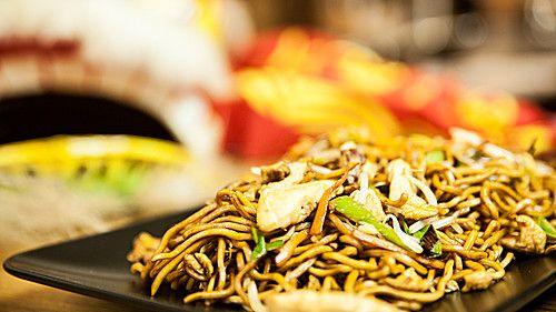 Chinesisch gebratene Nudeln mit Hühnchenfleisch, Ei und Gemüse (Rezept mit Bild)   Chefkoch.de
