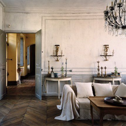 Les consoles, des appliques en métal, cristal et bois doré vénitien, un lustre français du XIXe et un canapé drapé de toile créent une atmos...