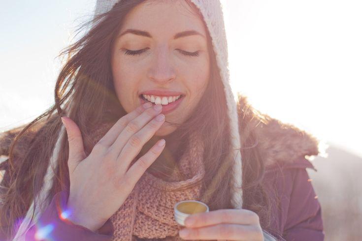 Die trockene Heizungsluft und die kalte Luft im Freien belasten unsere Haut. Die Lippen und die Hände werden trocken und rissig. Einfache Hausmittel können dagegen helfen.