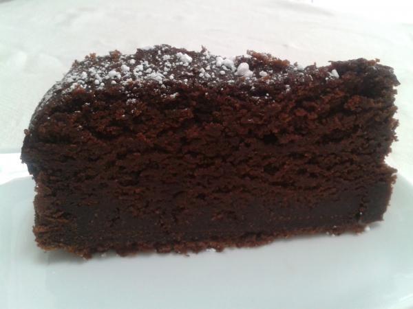 Aprende a preparar bizcocho húmedo de chocolate con esta rica y fácil receta. Precalentamos el horno a 150ºC. Encamisamos el molde con mantequilla y harina. Tamizamo...