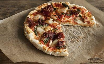 Pravá neapolská pizza má iba dve varianty a to: Pizza Marinara (po námornícky) – paradajky, cesnak, oregáno, olivový olej. Pizza Margherita – paradajky, mozzarella, bazalka, olivový olej. Ja som si dnes pre vás pripravila variantu klasickej Pizza Margh
