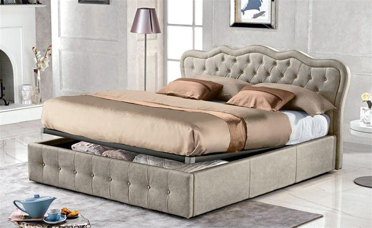 Un tuffo nel passato con il letto contenitore Carola, il modello che si riconosce per la testiera sagomata e bottonata. Un complemento di grande importanza estetica, con rivestimento in similpelle effetto nabuk colore light grey.