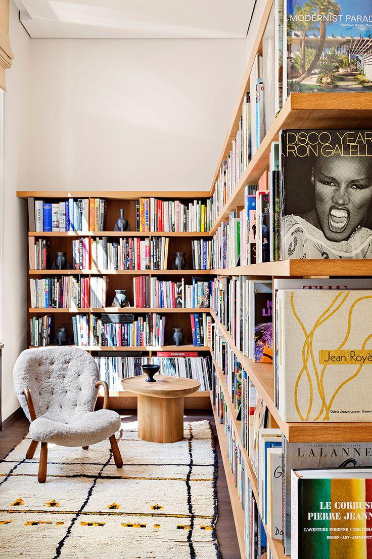 Shelfie | Galería de fotos 11 de 19 | AD  - I like the vases as decoration in bookshelves. C.