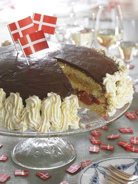 Fødselsdagslagkage  Opskrift på en traditionel lagkage med jordbær og makron.