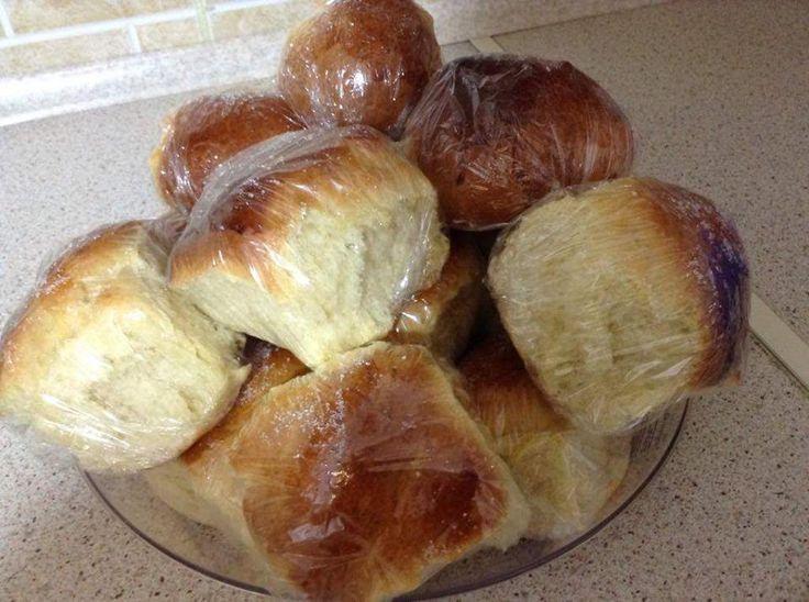 Αφράτα τσουρεκακια ευκολα και με απλα υλικά! 470γρ αλευρι για τσουρέκια ή για όλες τις χρήσεις 1 φακελάκι μαγιά ξηρή 1 αυγο και 1 ασπράδι (τον κρόκο θα τον κρατήσουμε για επάλειψη ) 200ml γάλα 70γρ βούτυρο 7κουταλιές ζάχαρη Μισό κουταλάκι μαχλέπι 4-5 δάκρυα