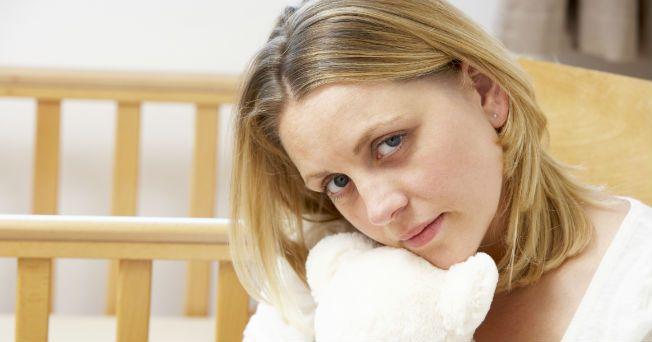 Pasar de la alegría a la tristeza, y viceversa, sin motivo aparente después del nacimiento del bebé, puede ser uno de los síntomas de la depresión post-parto. Entre el 10 y el 20 % de las mujeres pueden presentarla durante algunas semanas o incluso hasta un año, se caracteriza por un abatimiento del ánimo en la madre tras el nacimiento de su hijo.