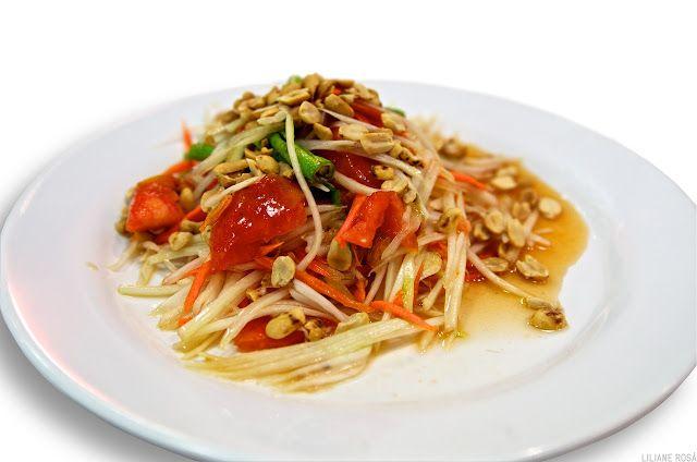 """mamão verde    Em tailandês: """"som tam""""   Salada feita de mamão verde, a mais famosa da cozinha thai, conhecida mundialmente como """"..."""