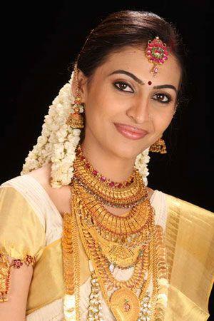 Kerala kasavu sari. Mundu set.White kanchipuram silk sari. Braid with fresh flowers.Malayalee bride. Malayalee groom. Kerala wedding. South Indian bride.South Indian wedding.
