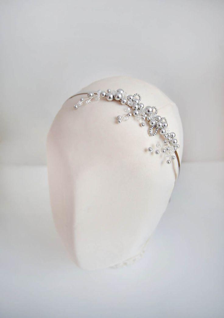 Nietypowa opaska do włosów, wykonana ze srebrnych/szarych perełek. Odrobinę asymetryczna i bardzo elegancka - pasuje niemal do każdej stylizacji ślubnej!  Ozdoba ślubna do kupienia w sklepie Madame Allure.
