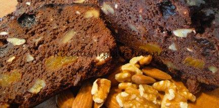 Ingredientes:  100 grs de frutas secas( nueces, almendras) 200 grs de frutas desecadas(ciruelas, orejones, pasas) 40 cc de cogñac o amaretto 200 grs de chocolate semiamargo 120 grs de manteca 5 huevos 140 grs de azúcar 120 grs de miel 160 grs de harina 30 grs de cacao amargo 1 cdita de