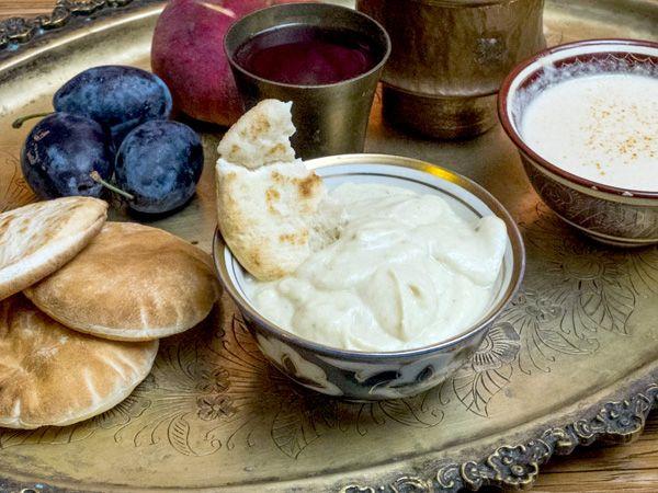 Простой и вкусный соус из баклажанов, йогурта и пасты тахини.