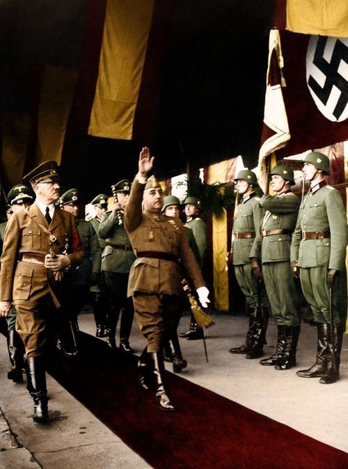 Francisco Franco and Adolf Hitler - Franco y Hitler eran dictadors. Eran los chicos malos de WWII.