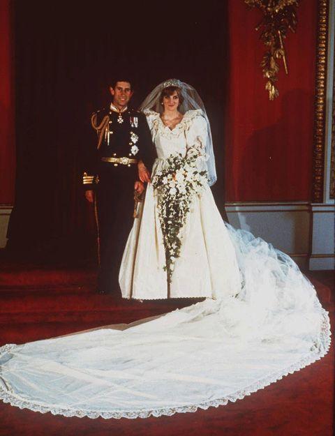 El vestido que lució para su boda en 1981 con Carlos de Inglaterra ha pasado a la historia por ser una buena muestra del barroquismo y los excesos de la época. Era de estilo romántico, en seda color marfil, y la cola medía nada menos que ¡25 metros! Lo idearon David y Elizabeth Emanuel.