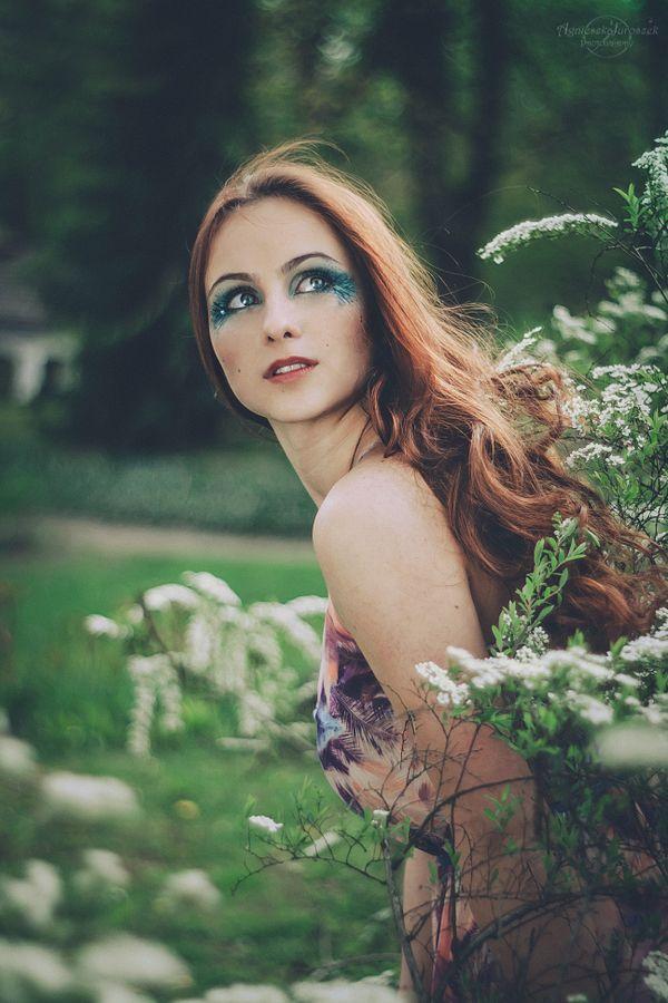 Valeria – Tajemniczy Ogród | Agnieszka Juroszek Photography |  spring, session, girl, beauty, make up, fairy, green, dress, white, portrait, flowers, village
