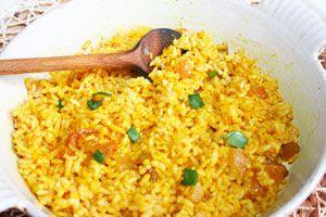 Minden indiai étteremben curry illat fogadja az éhes vendégeket, ez nem is véletlen, mert alapvető fűszerük és sokféle fogásban megtalálható. Íme egy mazsolás, fűszeres rizs – igazán egzotikus, és jót tesz az emésztésünknek. Hozzávalók: 25 dkg barnarizs, fél liter víz, 3…