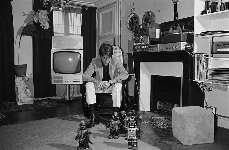 Jacques Dutronc, watching his robots evolve in the middle of his high-tech equipment (tape recorder, hi-fi equipment and television). Photo by Jean-Claude Deutsch (Paris Match magazine), December 1966