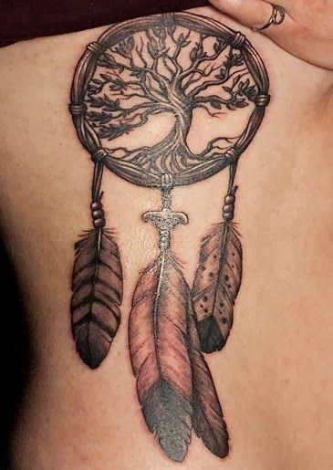 Tatouage d'attrape rêve cherokee avec un arbre de vie et des plumes dans Trouver une idée de tatouage d'attrape-rêve et plume indienne parmi 20 magnifiques exemples