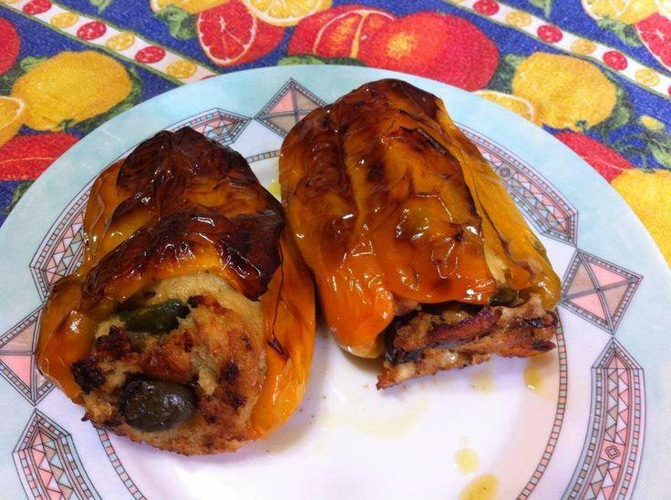 Ricetta dei peperoni imbottiti alla napoletana, tipico piatto estivo, ricco e sostanzioso, che ha due varianti: una con le melanzane ed una con la pasta.