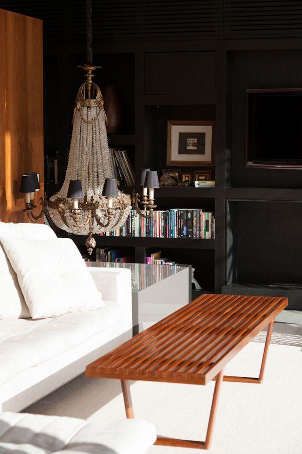 crazy hung low chandelier!    #blackwalls #crystalchandelierPaula Martin, Casa Très, Home Interiors, Casa Paula, Chand Lamps, Low Chandeliers, Paulamartin, Home Vogue, Chandeliers Lamps