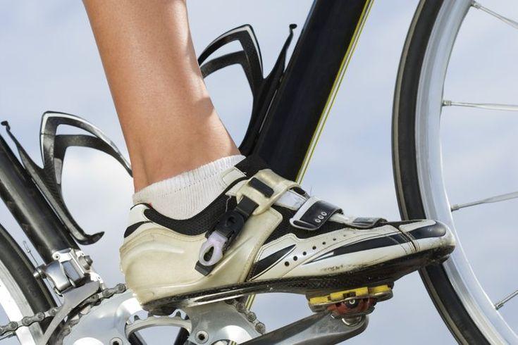 Los mejores zapatos para la bicicleta para mujeres. Tener el par de zapatos adecuado puede hacer una gran diferencia en tu rutina en la bicicleta. Los zapatos para ciclismo mejoran tu eficiencia al conectar tus pies a los pedales, manteniéndote asegurado en una posición fija durante tu ejercicio. ...