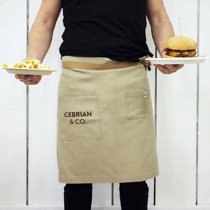 Bistro #Apron. #Delantal personalizado para los camareros de la Hamburguesería Cebrian. #customapron #delantalpersonalizazo #delantalbistro #uniformes