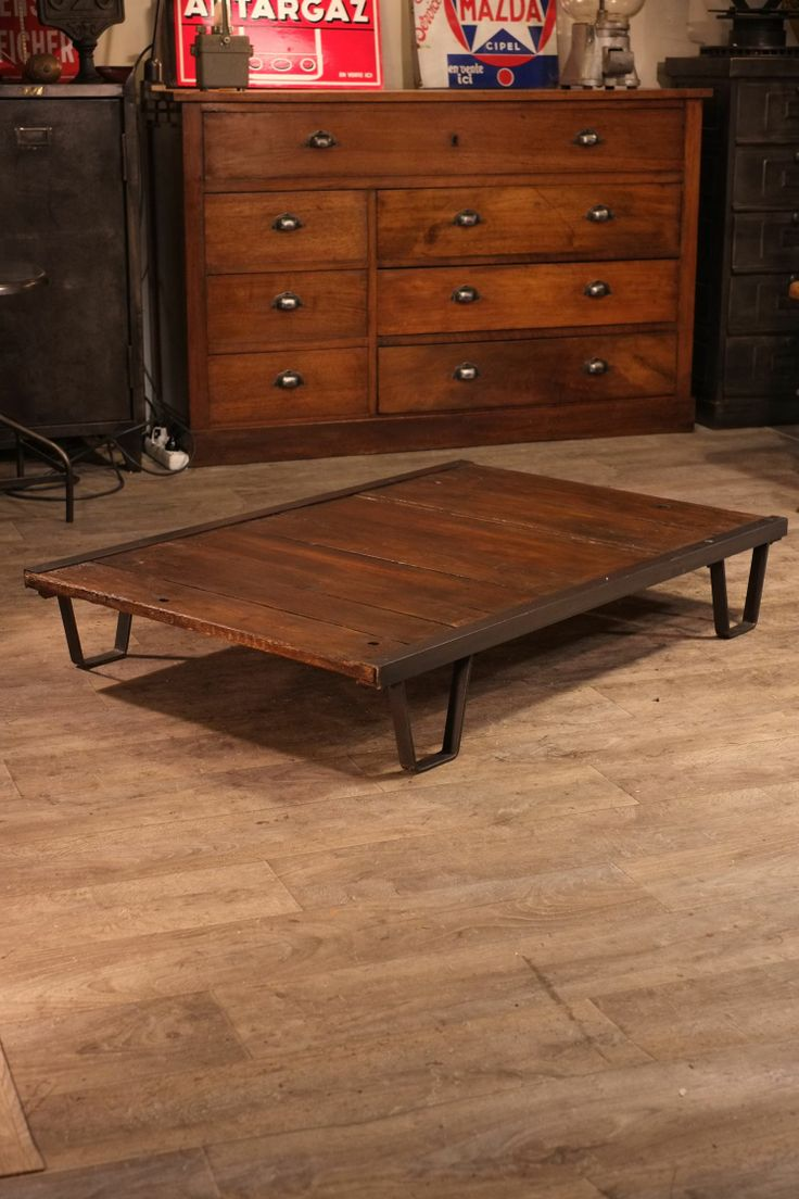 Table basse palette sncf ancienne deco pinterest atelier and html - Table ancienne repeinte ...