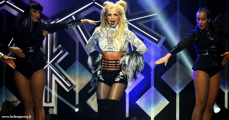"""Mini Concert De Britney Spears Au Kiss FM Jingle Ball 2016 Pour son 35e anniversaire Britney Spears a fait un mini-concert pour le """"Kiis FM Jingle Ball 2016"""" au Staples Center Stadium ce samedi 2 décembre. La star a interprété neuf de ses plus grands tubes dont Slumber Party en duo avec Tinashe. Le show n... Lire la suite... http://ift.tt/2gT42bF"""