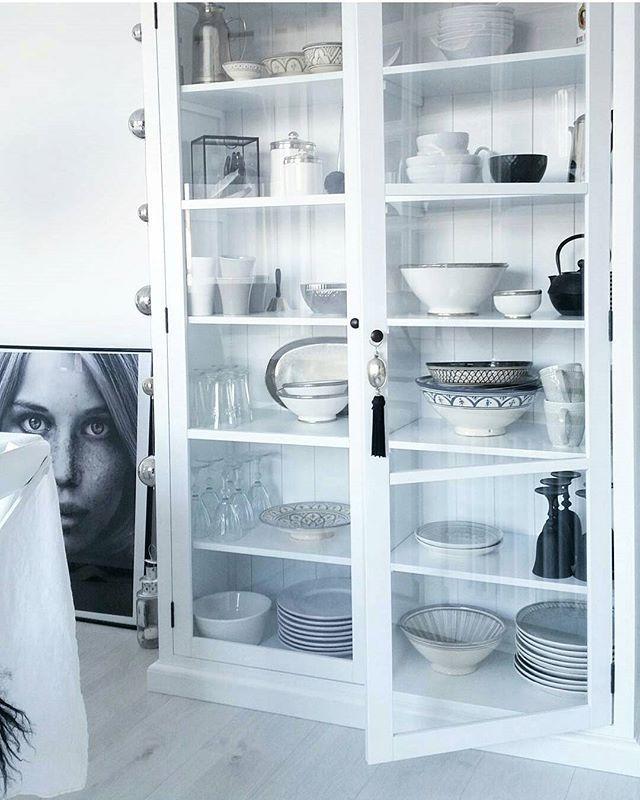 HOUSE of IDEAS white cabinet  #houseofideas #esszimmer #weihnachten #xmas #houseofideasxmas #white #whitecabinet #whiteinterior #wohneninweiss #blackandwhite #blackandwhiteinterior #interior4all