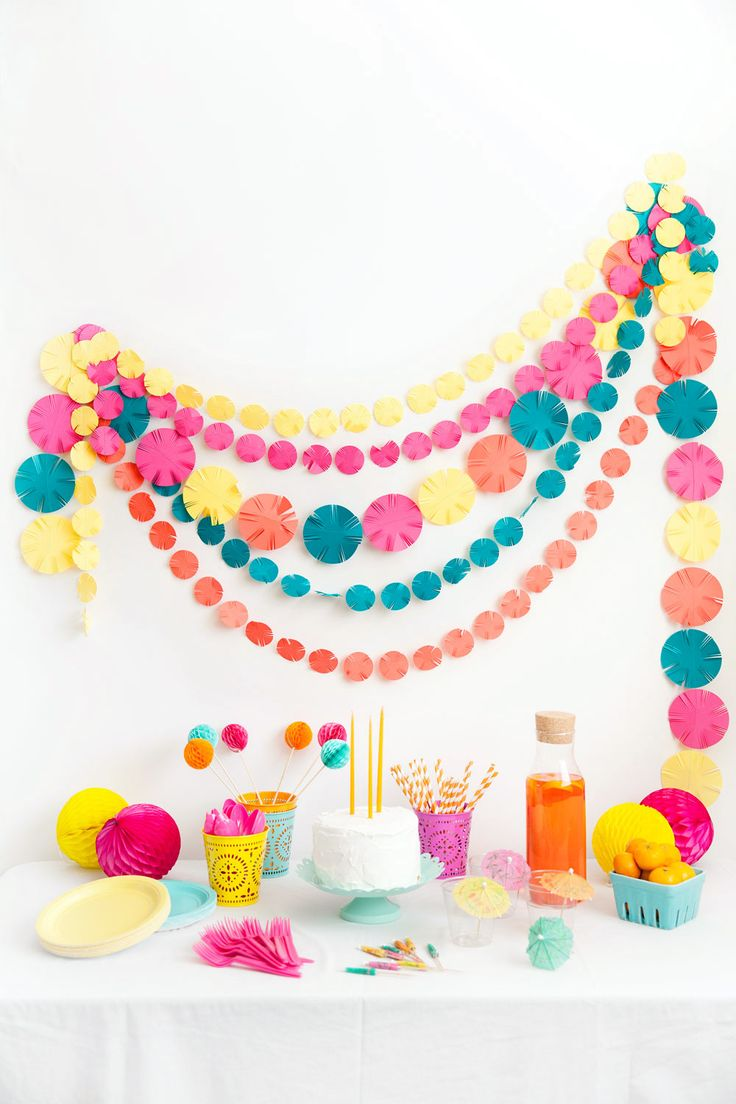 This fun and festive party garland is very very simple to make and perfect for any Cinco de Mayo parties.