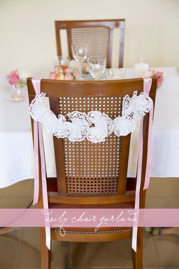 Decoración de bodas: No es la primera vez que os proponemos hacer guirnaldas DIY para vuestra boda. En esta ocasión os contamos cómo hacerlas con blondas de papel y decorar así vuestras sillas de la ceremonia o banquete de boda.