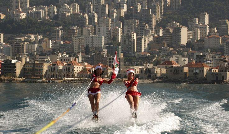 レバノン・ベイルート(Beirut)近郊のジュニエ(Jounieh)沿岸で、レバノンの国旗を手に水上スキーを楽しむ女性たち(2013年12月24日撮影)。(c)AFP/PATRICK BAZ ▼25Dec2013AFP|サンタビキニで水上スキー、レバノン http://www.afpbb.com/articles/-/3005640 #Lebanon #Jounieh